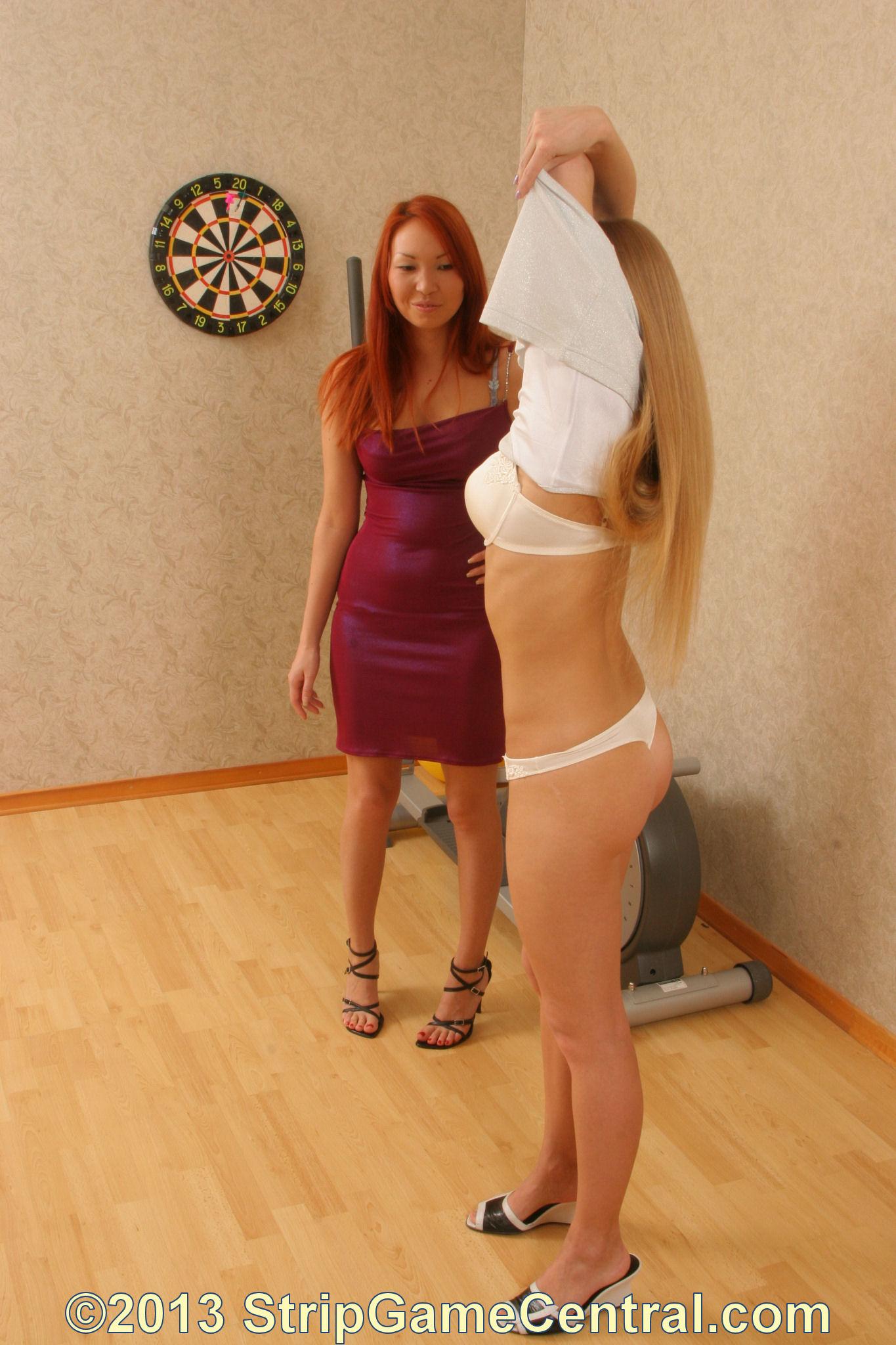 Cmnfnaked waitress playing darts 8